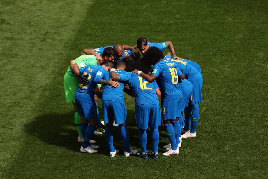 Jogadores da seleção brasileira se abraçam anteas da partida contra a Costa Rica pelo grupo E no estádio São Petesburgo