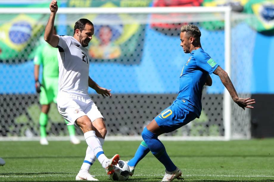 Neymar divide a bola com o costa-riquenho Marco Urena