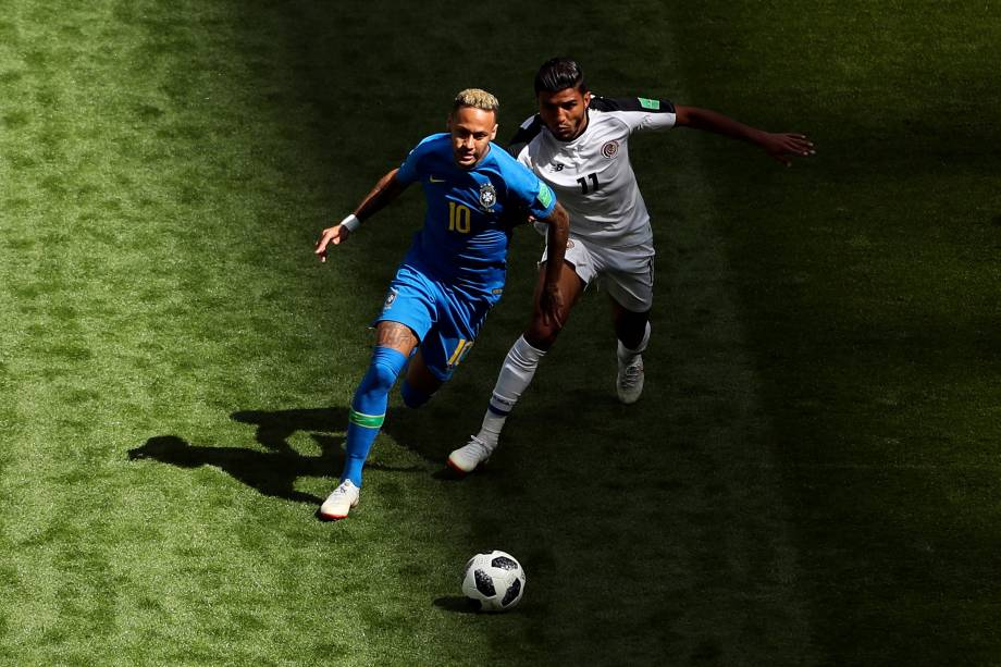 Neymar é marcado de perto por Johan Venegas da Costa Rica