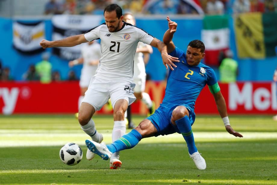 O zagueiro da seleção brasileira Thiago Silva marca de perto o costa-riquenho Marco Urena