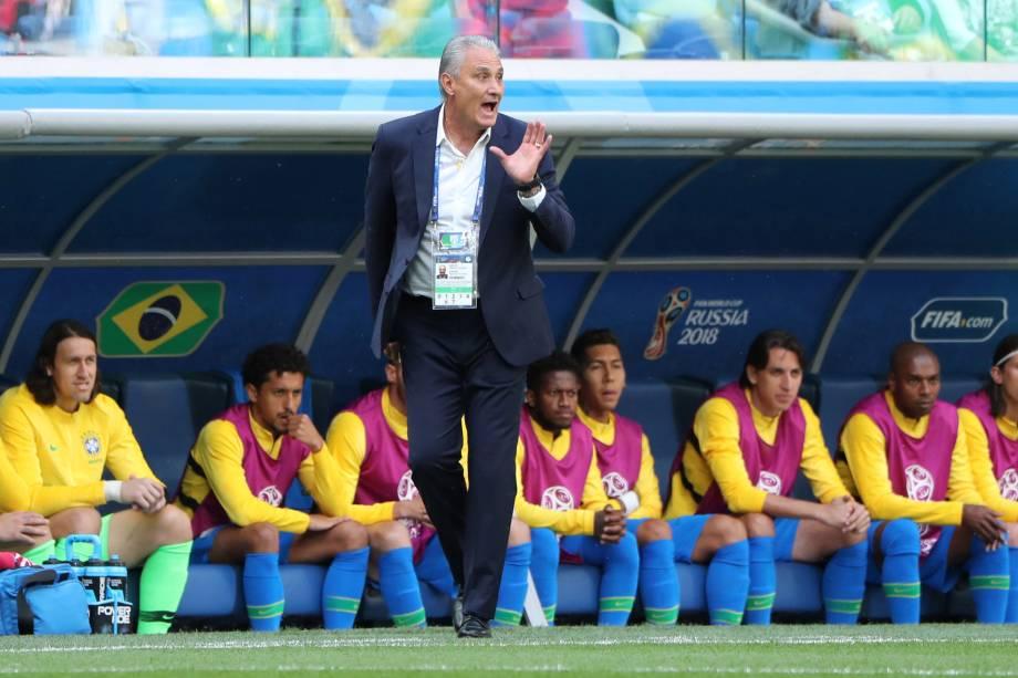O técnico Tite orienta os jogadores da seleção brasileira durante partida contra a Costa Rica, no estádio São Petesburgo