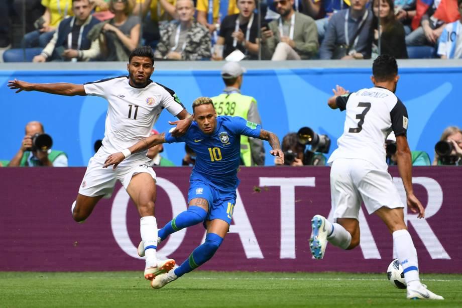 Neymar é marcado de perto pela defesa da Costa Rica durante partida válida pela segunda rodada do grupo da Copa do Mundo no estádio São Petesburgo