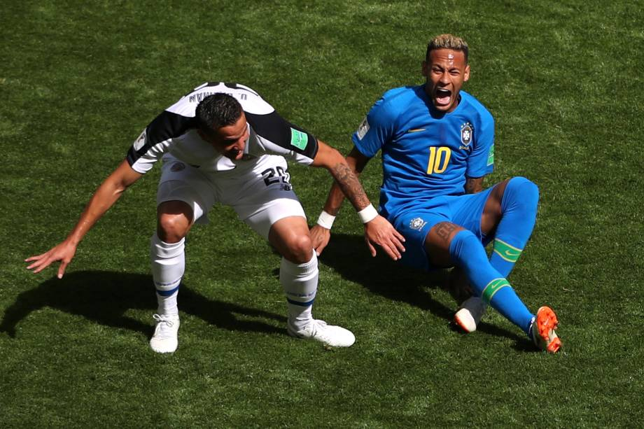 Neymar reclama de falta após jogada com David Guzman, da Costa Rica