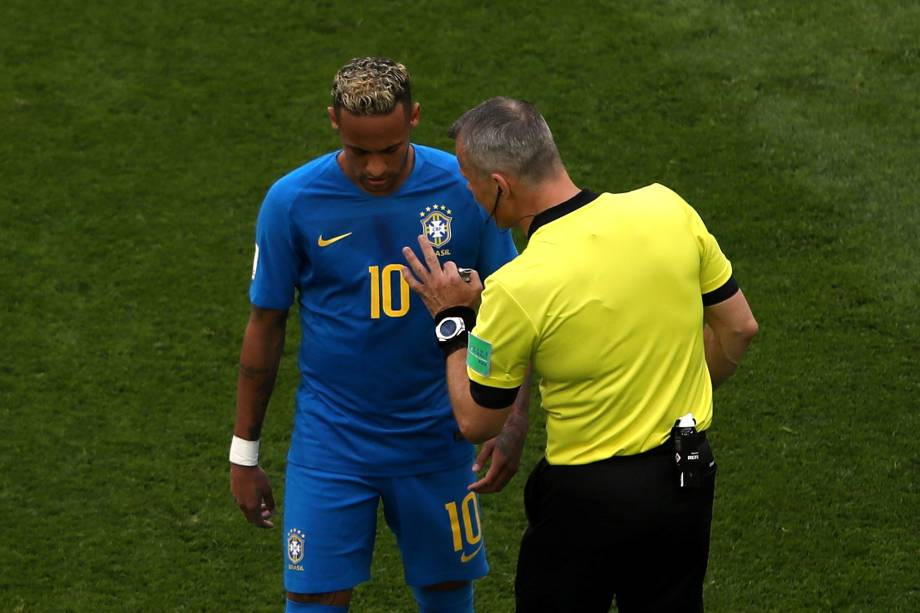 O árbitro holandês Bjorn Kuipers conversa com Neymar durante partida da seleção brasileira contra a Costa Rica