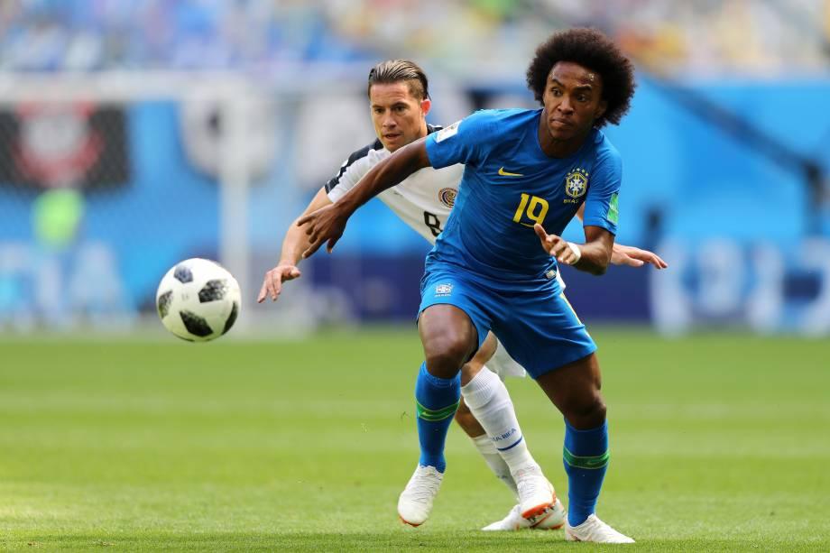 O meia da seleção brasileira Willian disputa a jogada com Bryan Oviedo da Costa Rica