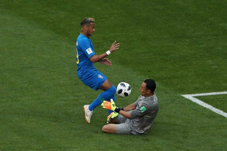 Neymar divide jogada com o goleiro Keylor Navas da Costa Rica
