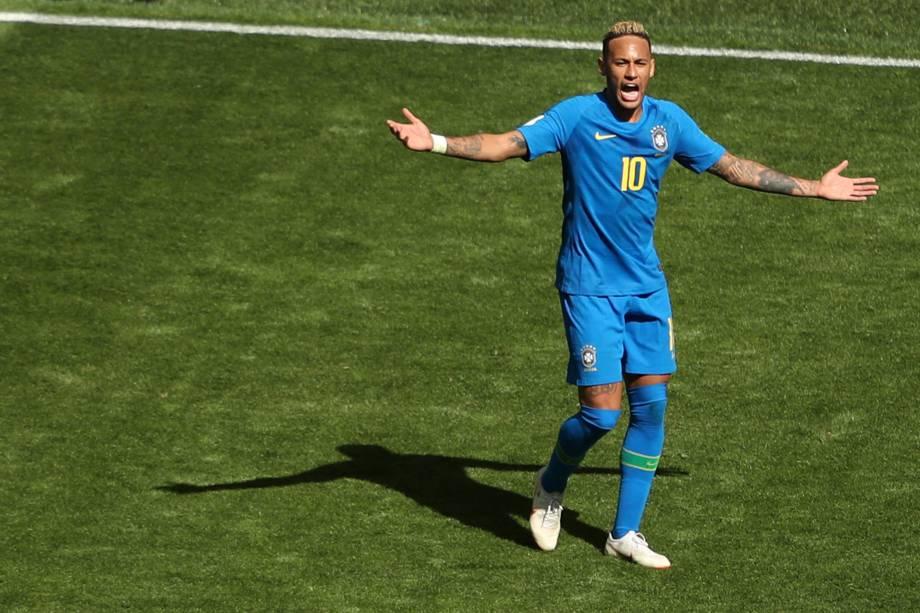 Neymar reclama com a arbitragem durante partida contra a Costa Rica, válida pelo grupo E da Copa do Mundo no estádio São Petesburgo - 22/06/2018