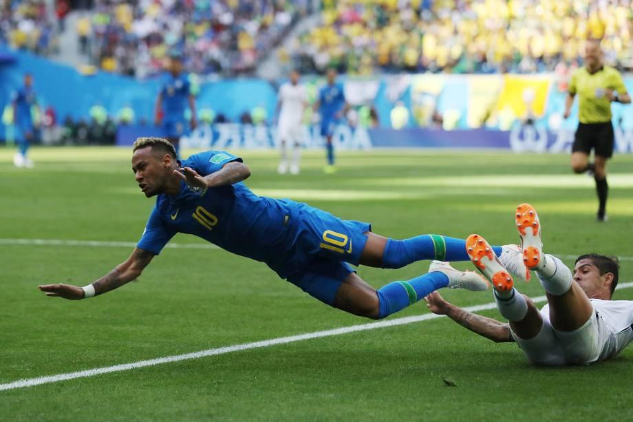 Neymar é derrubado pelo costa-riquenho Cristian Gamboa durante partida válida pelo grupo E da Copa do Mundo no estádio São Petesburgo - 22/06/2018