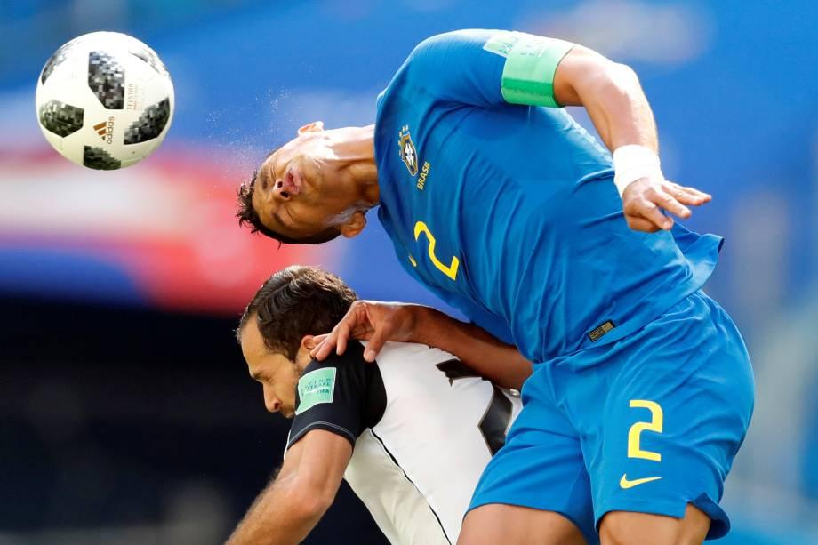 Thiago Silva, do Brasil, disputa pelo alto com o costa-riquenho Marco Urena durante partida válida pelo grupo E da Copa do Mundo no estádio São Petesburgo - 22/06/2018