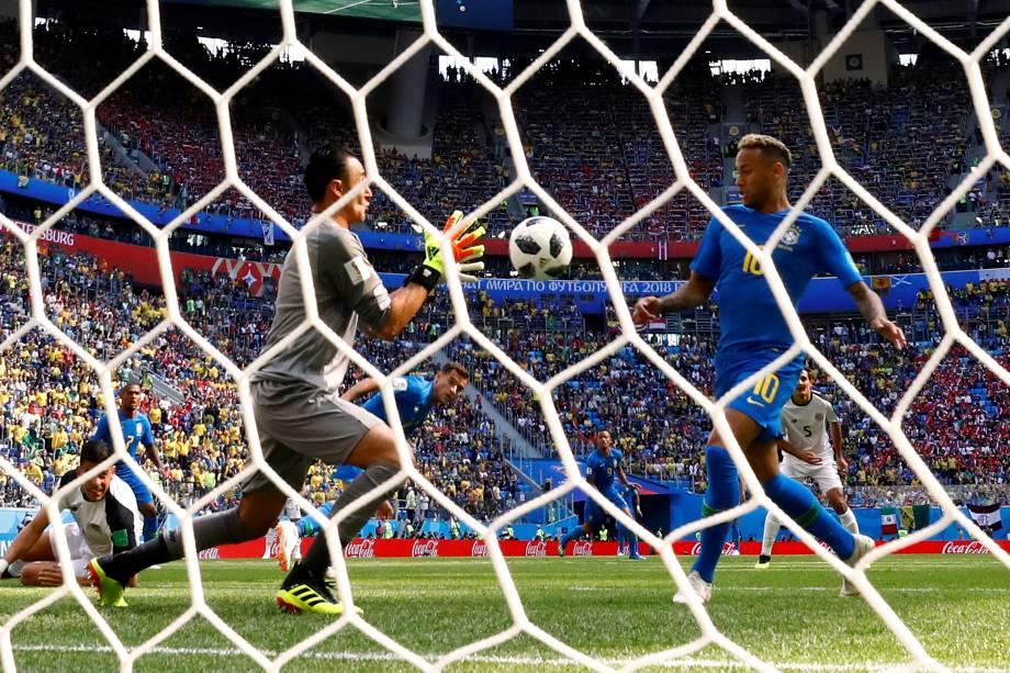 O goleiro da Costa Rica, Keylor Navas, salva uma tentativa de gol de Neymar - 22/06/2018