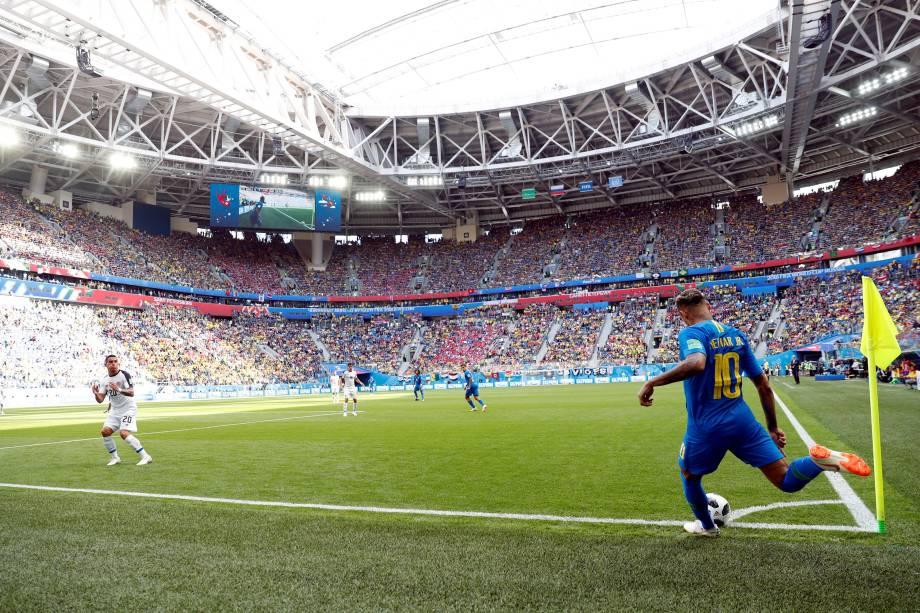 Neymar cobra um escanteio durante a partida contra a Costa Rica, no estádio São Petesburgo - 22/06/2018
