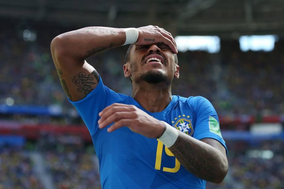 Paulinho lamenta após um lance desperdiçado pelo time brasileiro - 22/06/2018