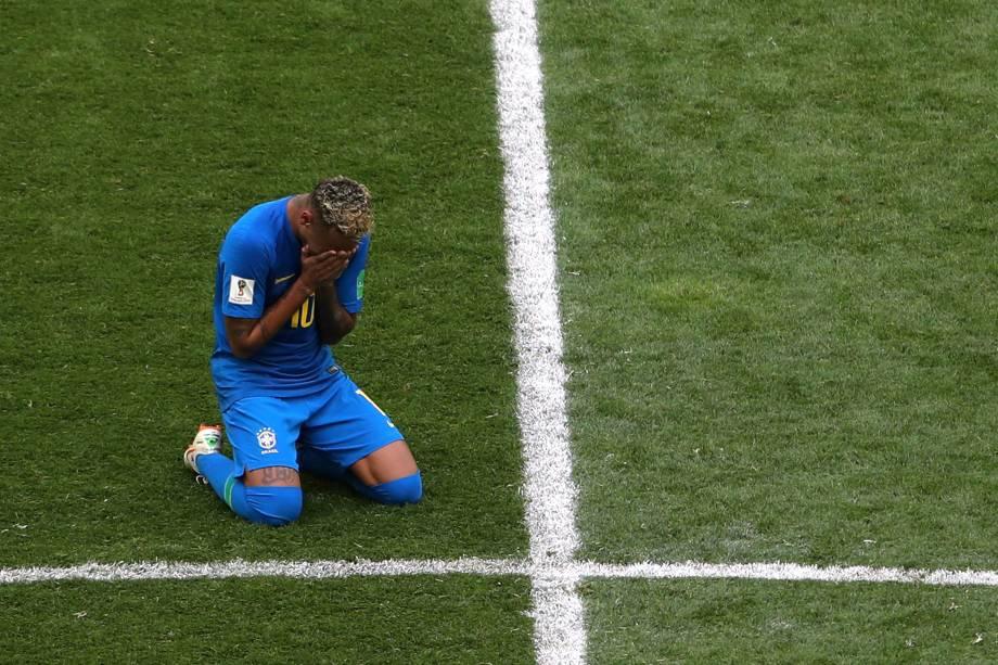Neymar chora após vitória da seleção brasileira sobre a Costa Rica no estádio São Petesburgo