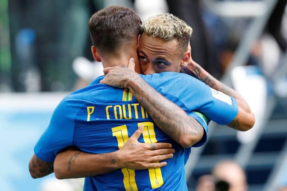 Neymar comemora com Philippe Coutinho o segundo gol da seleção brasileira na vitória sobre a Costa Rica no estádio São Petesburgo