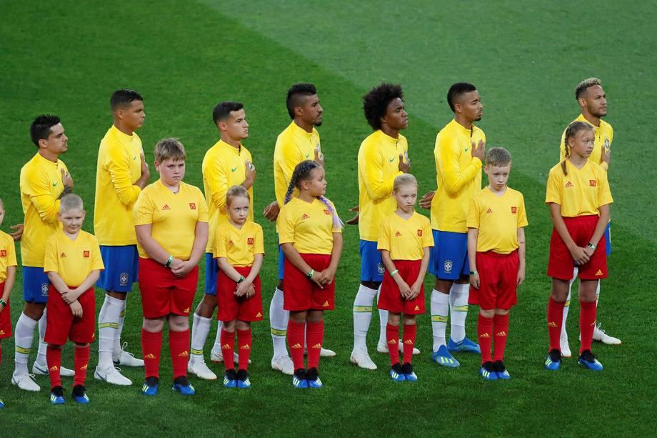 Jogadores da seleção brasileiro cantam o hino nacional antes da partida contra a Sérvia, no estádio Spartak - 27/06/2018