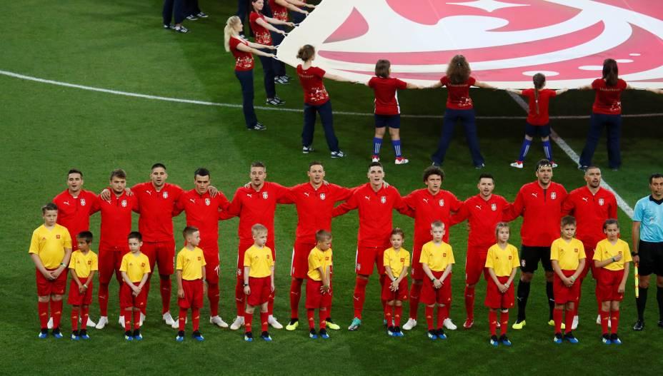 Jogadores da Sérvia cantam o hino nacional antes do início da partida contra o Brasil - 27/06/2018