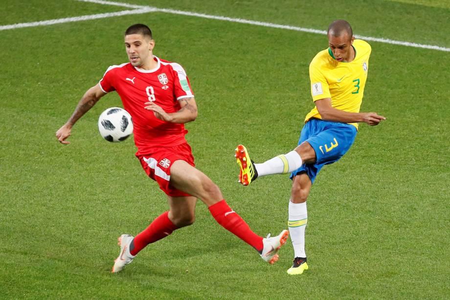 O capitão Miranda é visto afastando a bola da zaga durante a partida contra a Sérvia - 27/06/2018