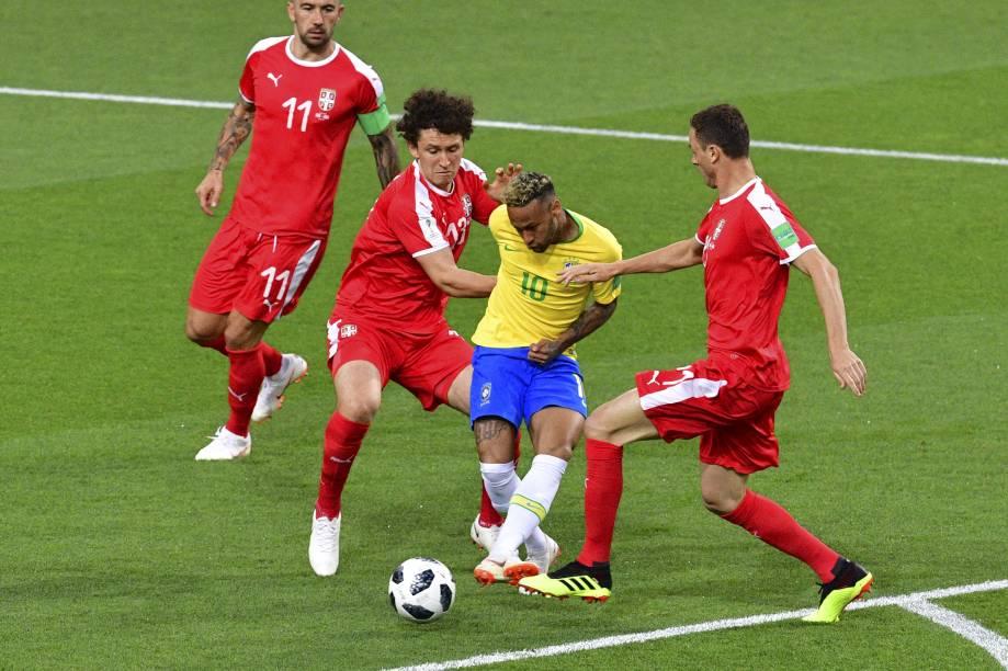 Neymar é visto pressionado pela marcação dupla do time da Sérvia - 27/06/2018