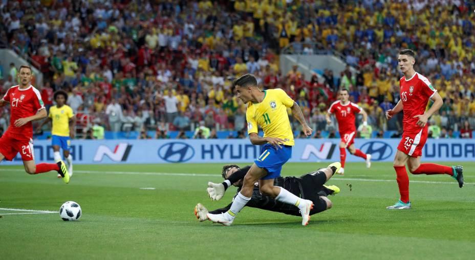 Philippe Coutinho, do Brasil, arrisca um chute contra o gol da Sérvia - 27/06/2018