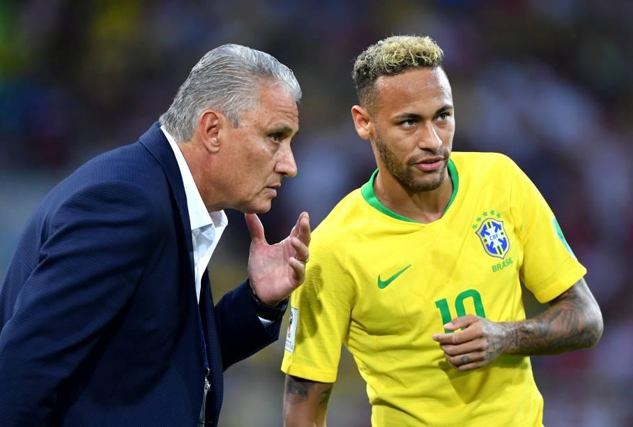 O técnico Tite orienta Neymar durante a partida contra a Sérvia, no estádio Spartak - 27/06/2018