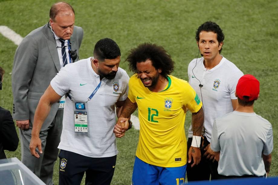 O lateral esquerdo do Brasil, Marcelo, deixa a partida após sentir dores - 27/06/2018