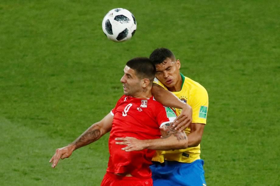 Aleksandar Mitrovic, da Sérvia, disputa uma bola aérea com Thiago Silva, do Brasil - 27/06/2018