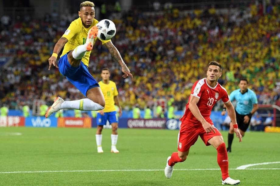 Neymar ajeita a bola após um lançamento para o ataque brasileiro - 27/06/2018
