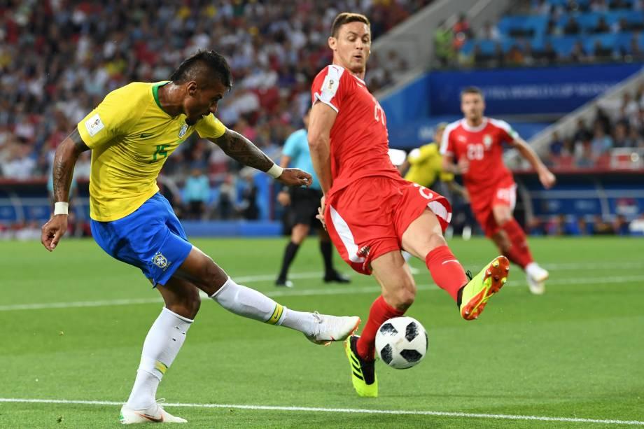 O meio-campista Paulinho arrisca um chute ao gol da Sérvia - 27/06/2018