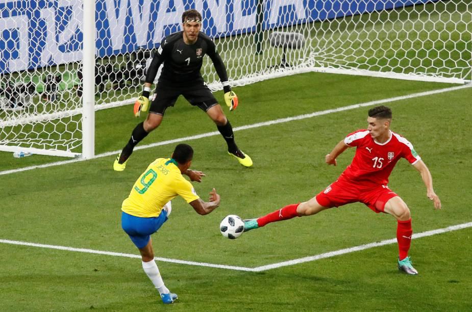 Gabriel Jesus arrisca um chute ao gol sérvio, que desvia no zagueiro - 27/06/2018