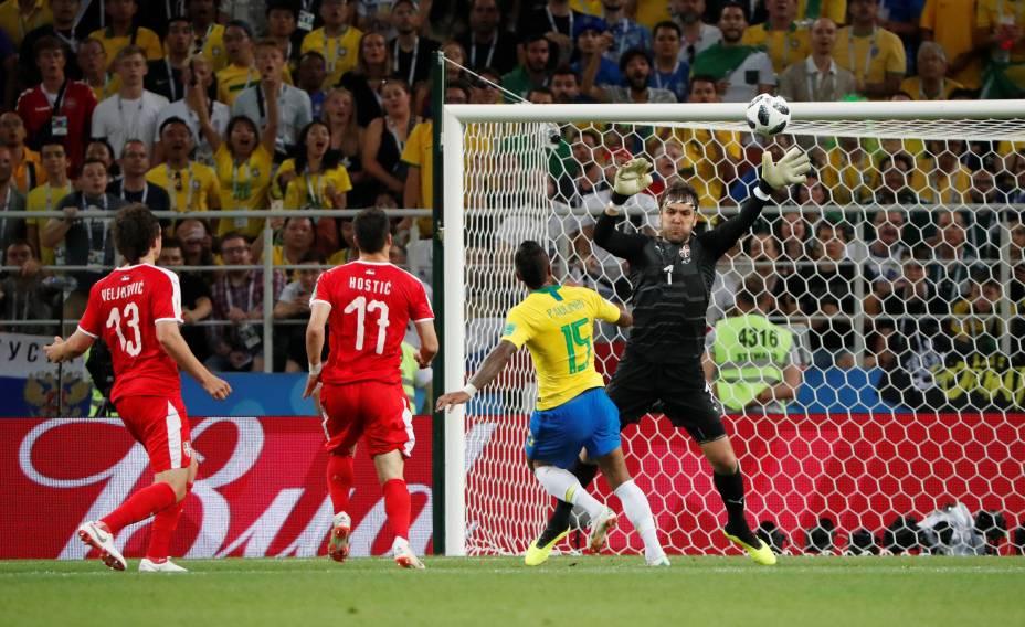 Paulinho marca, de cobertura, o primeiro gol do Brasil na partida contra a Sérvia - 27/06/2018