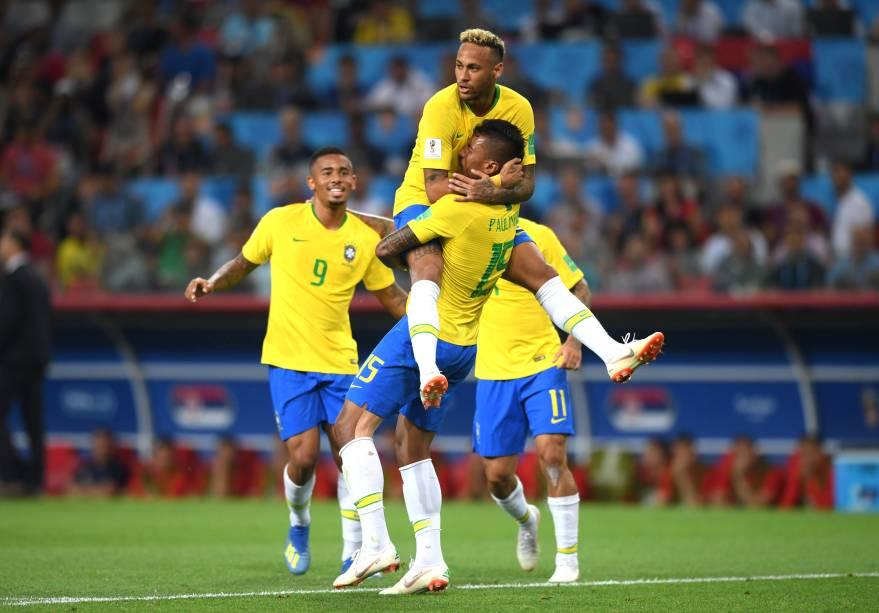 Neymar e Gabriel Jesus chegam para comemorar o gol feito por Paulinho contra a Sérvia, no estádio Spartak - 27/06/2018