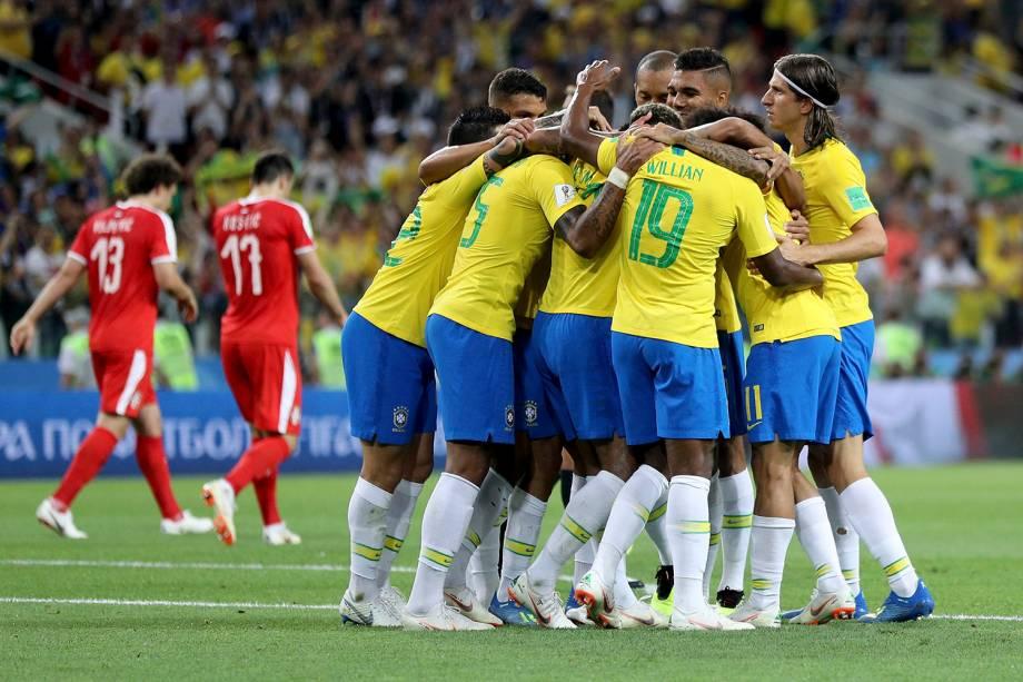 Jogadores do Brasil comemoram o gol marcado por Paulinho na partida contra a Sérvia - 27/06/2018