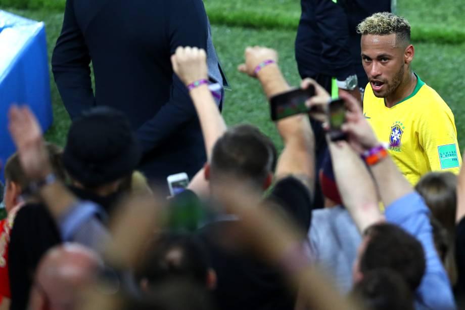 Neymar comemora com torcedores após o Brasil vencer a Sérvia por 2 a 0, em Moscou - 27/06/2018