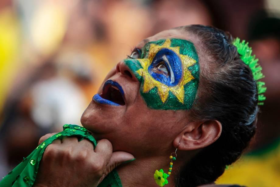Torcedora acompanha partida entre Brasil e Sérvia, em São Paulo (SP) - 27/06/2018