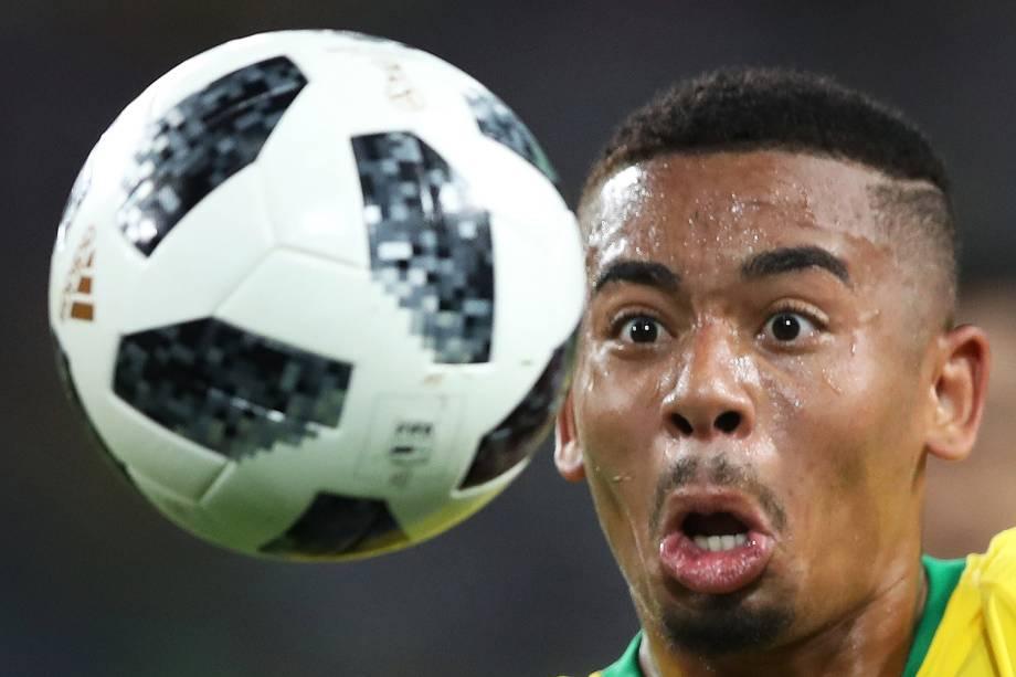 Gabriel Jesus observa bola durante partida entre Brasil e Sérvia, válida pelo grupo E da Copa do Mundo - 27/06/2018