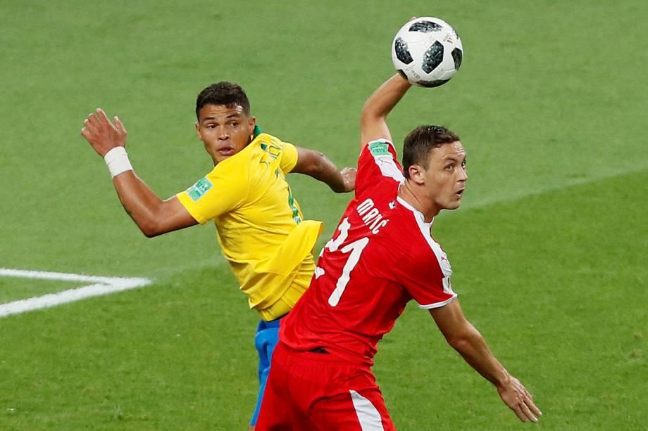 Thiago Silva disputa bola com Nemanja Matic, durante partida entre Brasil e Sérvia, válida pelo grupo E da Copa do Mundo - 27/06/2018