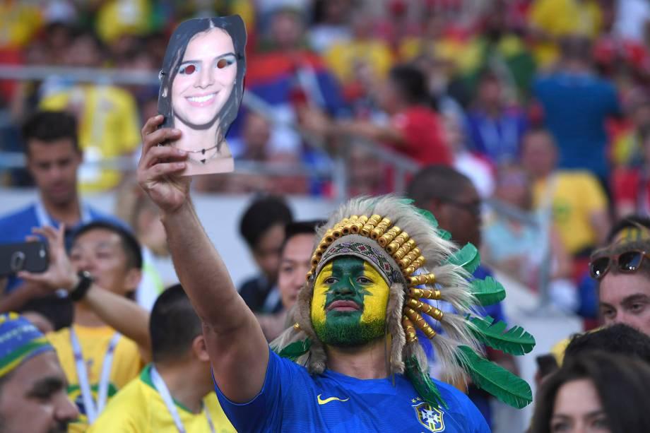 Um torcedores brasileiro segura uma máscara da atriz Bruna Marquezine, namorada do atacante Neymar, durante a partida entre Sérvia e Brasil, no estádio Spartak - 27/06/2018
