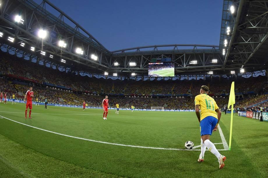 Neymar se prepara para cobrar um escanteio durante a partida contra a Sérvia, no estádio Spartak - 27/06/2018