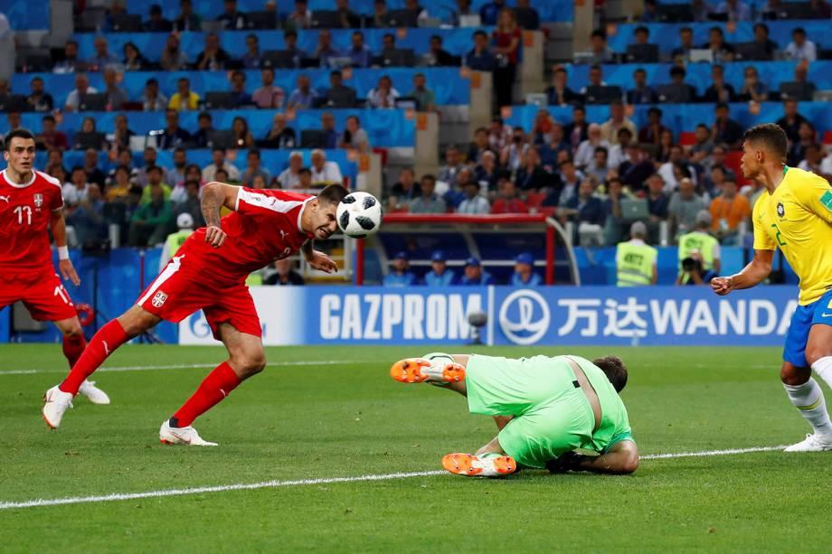 Aleksandar Mitrovic, da Sérvia, arrisca um gol de cabeça contra o Brasil, no estádio Spartak - 27/06/2018