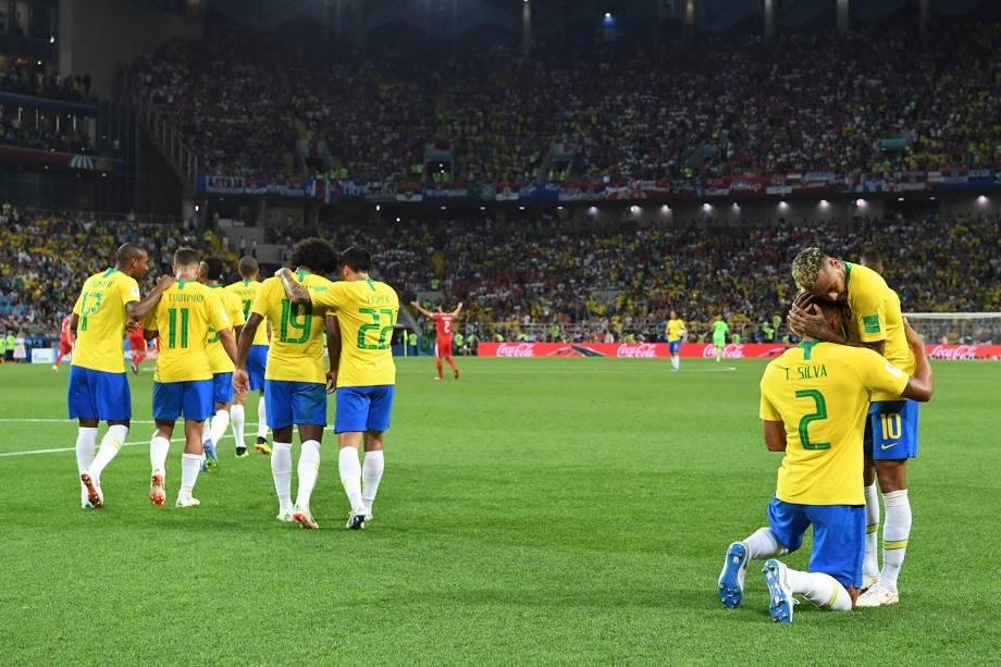 Thiago Silva é abraçado por Neymar após marcar o segundo gol do Brasil na partida contra a Sérvia - 27/06/2018