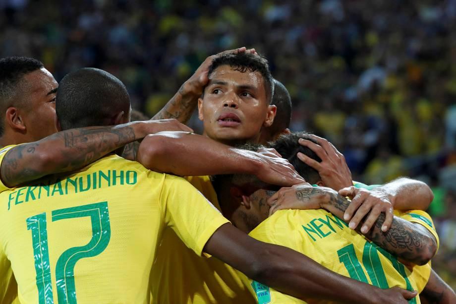 Companheiros de time abraçam o zagueiro Thiago Silva, autor do segundo brasileiro contra a Sérvia - 27/06/2018