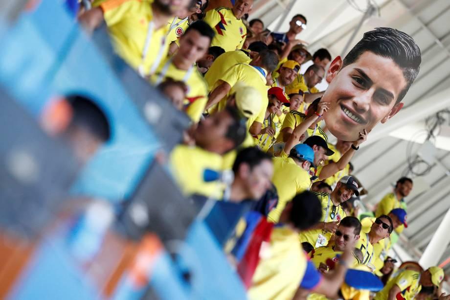 Torcedores colombianos seguram uma imagem de James Rodriguez, dúvida para a partida contra o Japão