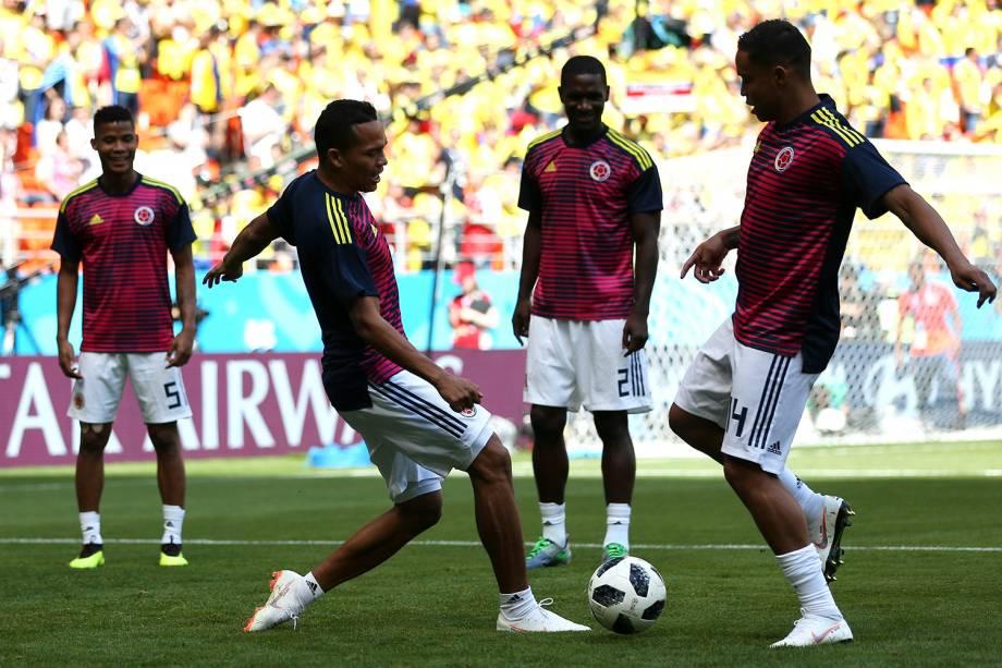 Jogadores colombianos durante o aquecimento da partida contra o Japão, no estádio Mordovia Arena, em Saransk