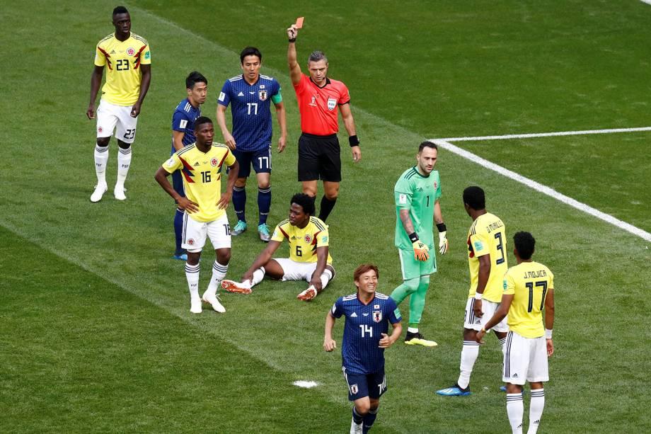 O juiz Damir Skomina mostra o cartão vermelho para o colombiano Carlos Sanchez, após ele ter impedido uma bola com a mão dentro da área