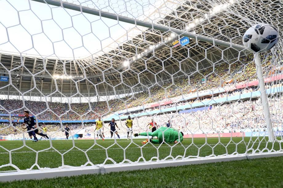 Shinji Kagawa abre o placar para o Japão com um gol de pênalti