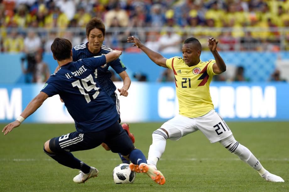 O atacante colombiano, José Izquierdo, desafia o zagueiro japonês, Hiroki Sakai, durante o confronto do Grupo H