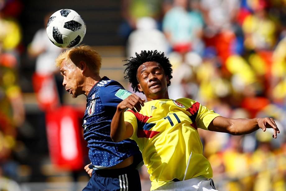 Juan Cuadrado, da Colombia, disputa uma bola aérea com o japonês Yuto Nagatomo