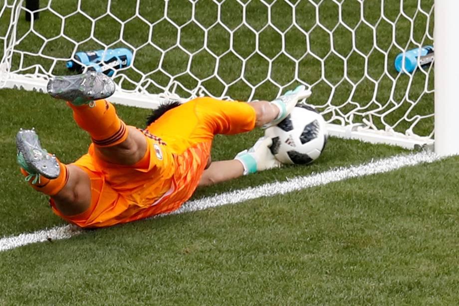 O goleiro japonês Eiji Kawashima, falha e deixa a bola entrar