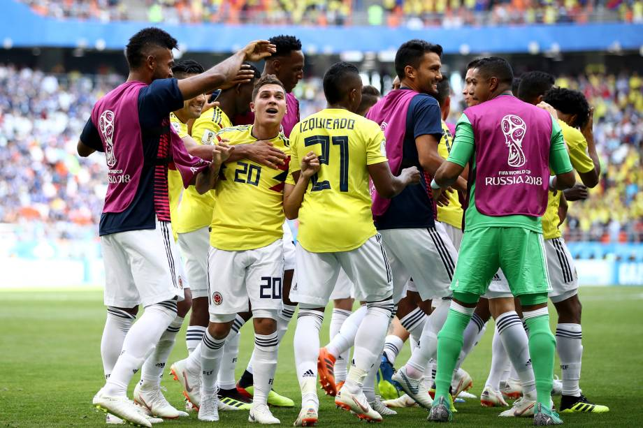 Juan Quintero, da Colombia, comemora com os companheiros de time o gol marcado de falta contra o Japão