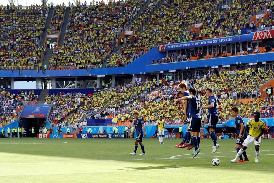 Fernando Quintero, da Colombia, marca um gol de falta ap bater a bola rasteira e surpreender todo o time japonês